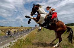 走进环法赛:环法自行车比赛现场图片分享