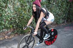 当我第一眼看到这个女神,她的自行车我要定了