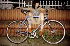 死飞美女写真:穿比基尼骑自行车回头率超高