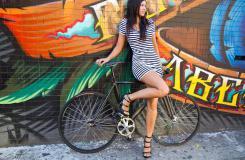 美女死飞刷街图片 穿高跟鞋能骑自行车?