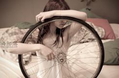 性感自行车美女和她的自行车室内写真