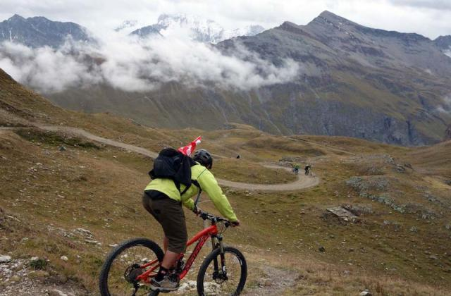 自行车极限运动:高山自行车越野美景实拍图