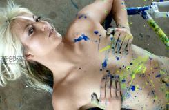 用身體做畫布,美女為她的自行車架刷漆