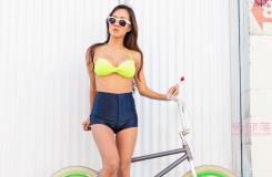 骑自行车的美女和她的彩色小轮车写真