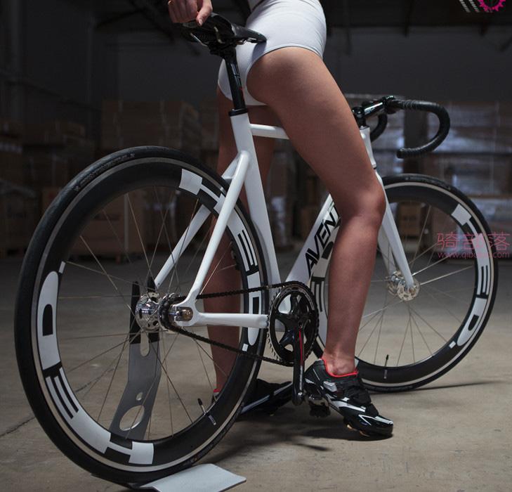 美女自行车运动员和她的战马自拍 图7