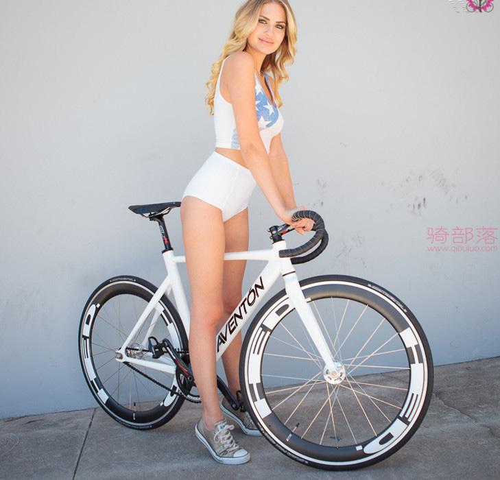 美女自行车运动员和她的战马自拍 图16
