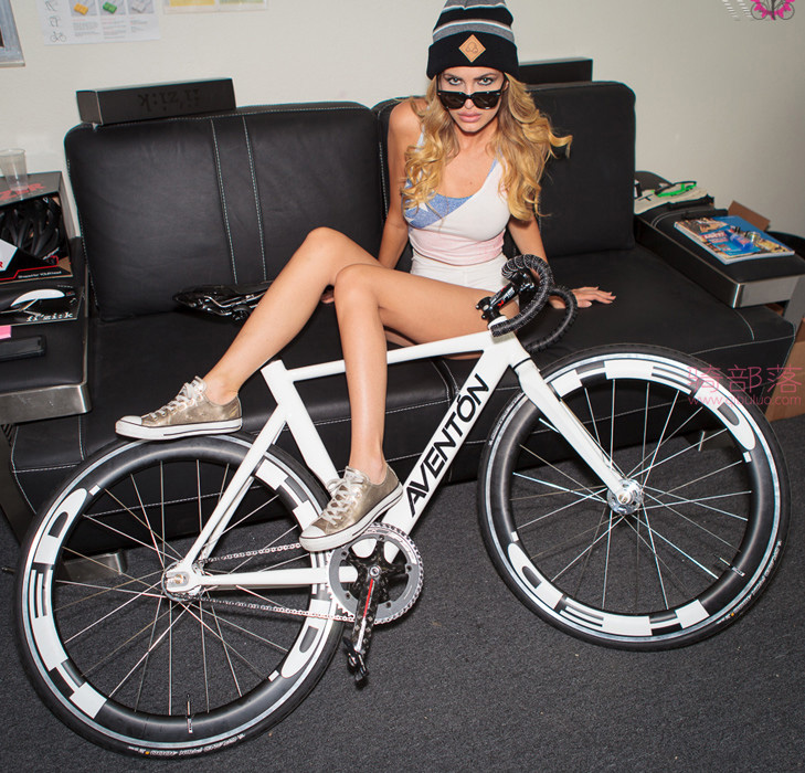 美女自行车运动员和她的战马自拍 图23