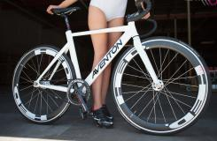 美女自行車運動員和她的戰馬自拍