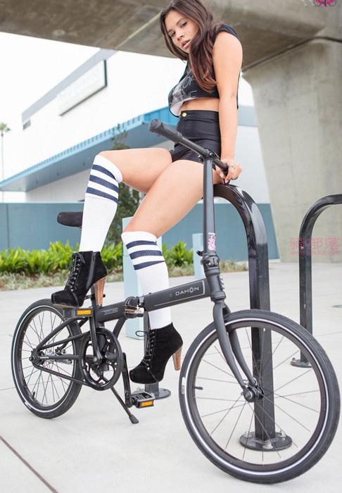 美女的这辆折叠自行车上班携带真方便! 图4