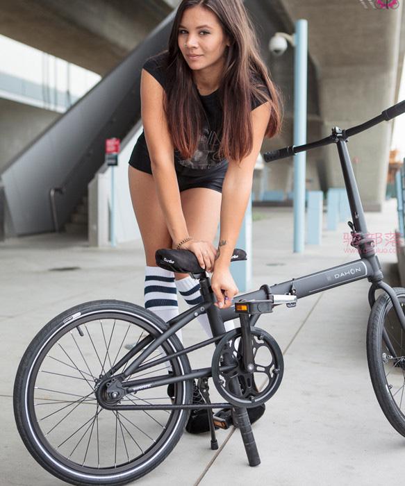 美女的这辆折叠自行车上班携带真方便! 图6
