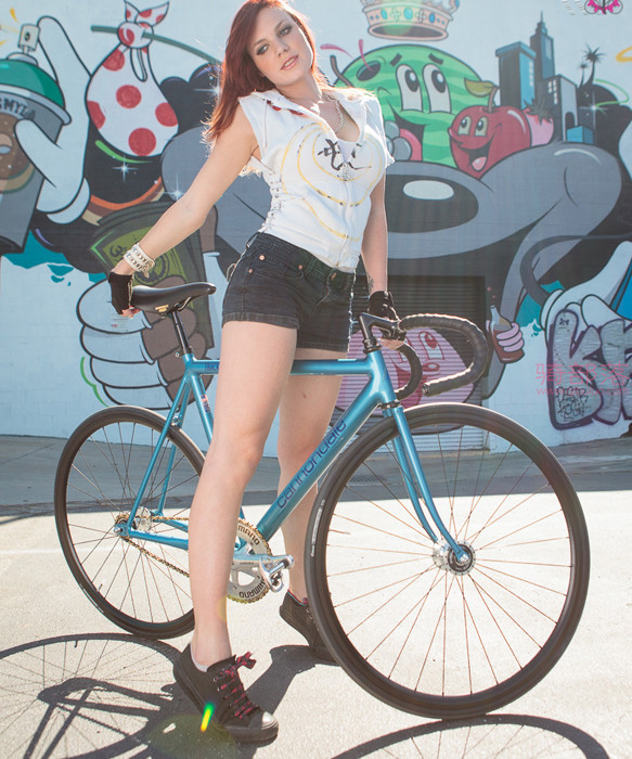 妹子这一身装备骑自行车刷街回头率高吗? 图2